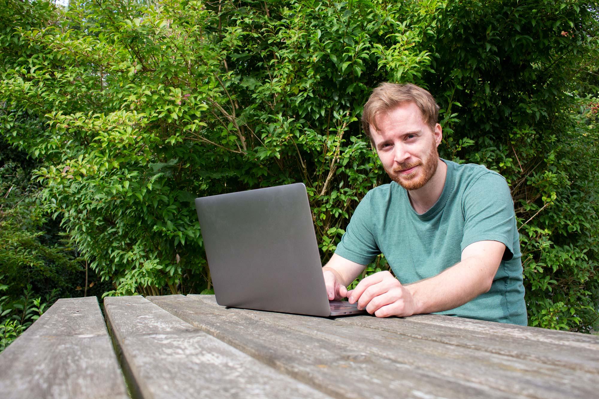 Mads Maretty med laptop
